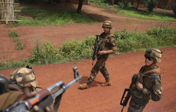 French soldiers walk towards Seleka fighters in Bambari